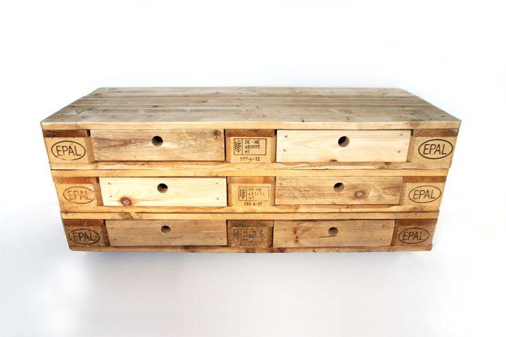 運搬用パレットから作られた家具です。段数を変えればコーヒーテーブルからテレビボード、チェストまでいろいろな使い方ができます。