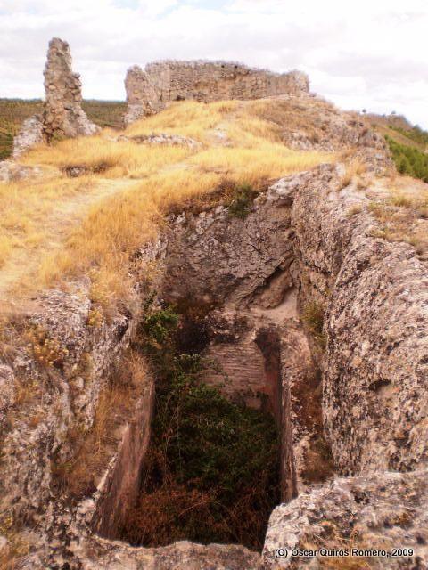 Una cisterna y los restos de la Fortaleza de Arabia (Huelves, Cuenca)