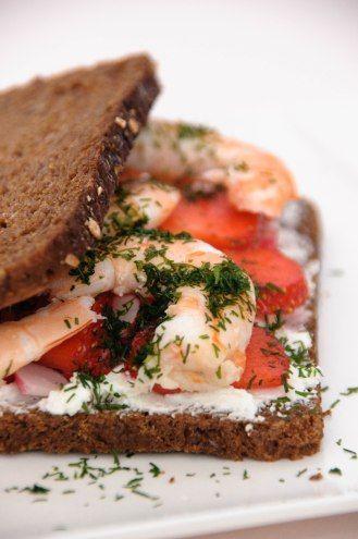 Sandwich pain de seigle, crevettes & fraises
