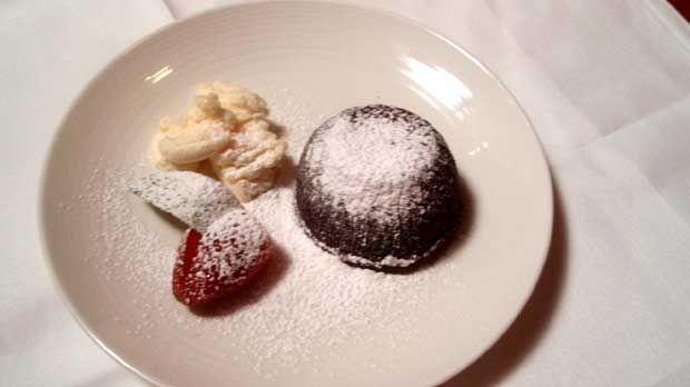 Populární dortík všech milovníků čokolády podával Michal se zmrzlinou, která vytvořila příjemný kontrapunkt.