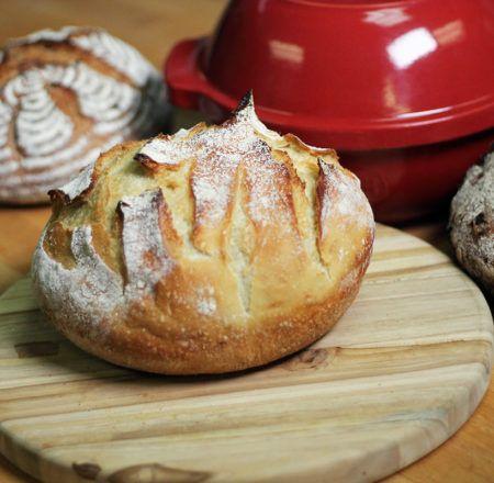 hornear pan en un horno holandés a través de @kingarthurflour