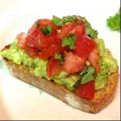 Photo recette : Bruschetta avocat tomate basilic