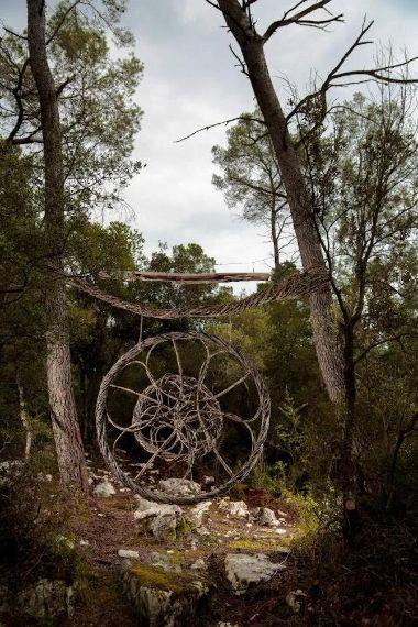 Spencer Byles ha trascorso un anno nei boschi del sud della Francia per realizzare una serie di spettacolari sculture organiche dal fascino misterioso.