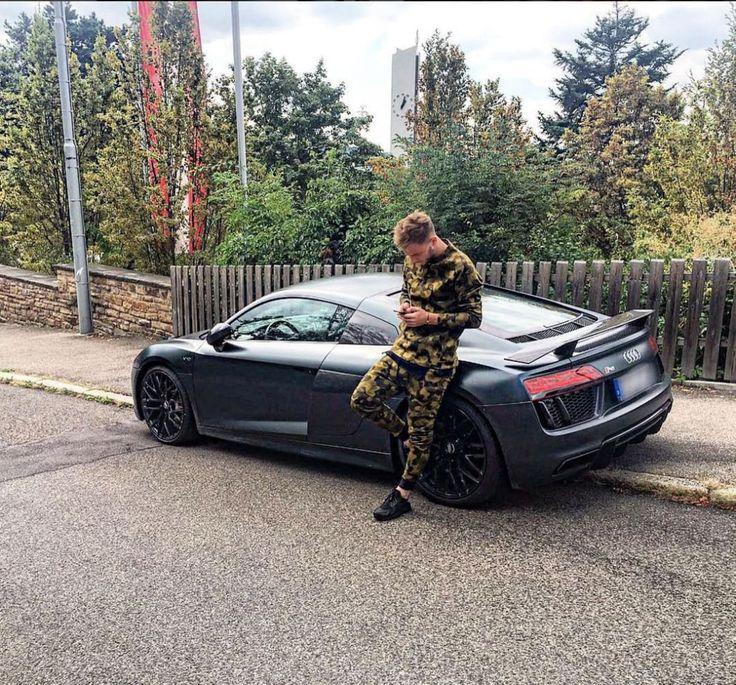 Da hilft auch keine Tarnkleidung: In seinem pechschwarzen Audi R8 fällt Alexandru Maxim vom VfB Stuttgart in jedem Fall auf.
