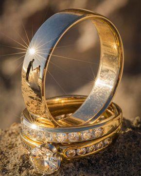 Spiegelbild des Brautpaares in einem Ehering
