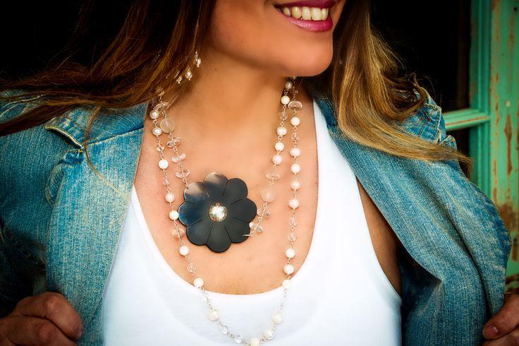 Collar plata y perlas flor calada a mano en Cacho de buey