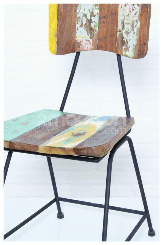 Recycled Wood With Iron Leg  www.2madison.com  Kursi bergaya retro-rustic ini akan memberi aksen seketika pada ruang yang paling simpel sekalipun. Strukturnya yang kokoh dengan penggunaan gradasi warna kayu kapal daur ulang, akan mencerminkan pribadi artistik si pemilik rumah.  Designer : Madison  Collection : New Amsterdam Series