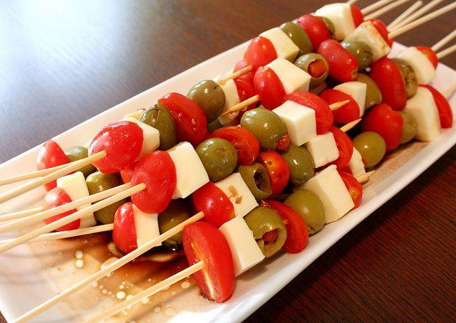 brochetas con queso, aceitunas y tomate cherry o pimiento rojo