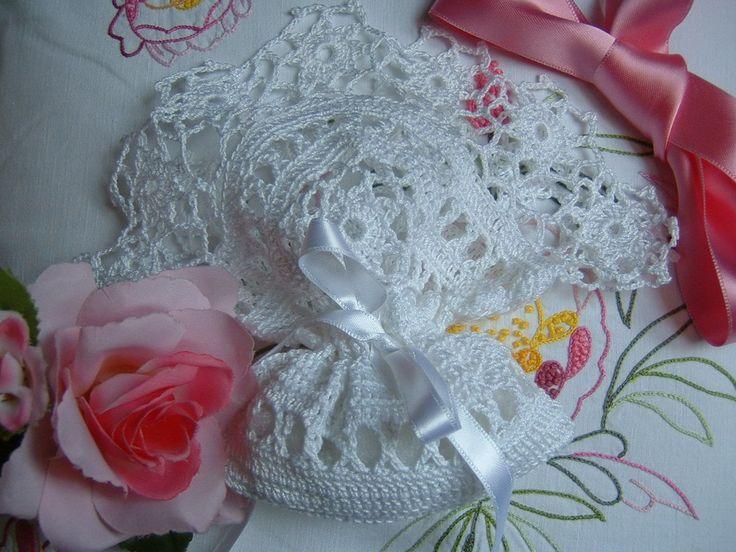 Romantico sacchetto bomboniera all'uncinetto rifinito da una bordura di fiorellini. Portaconfetti in pizzo, tradizione matrimonio italiano