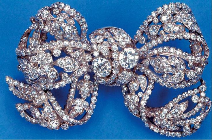 THE DORSET BOW BROOCH, a wedding present to Queen Mary in 1893 from the County of Dorset, and from Queen Mary to Princess Elizabeth in 1947.