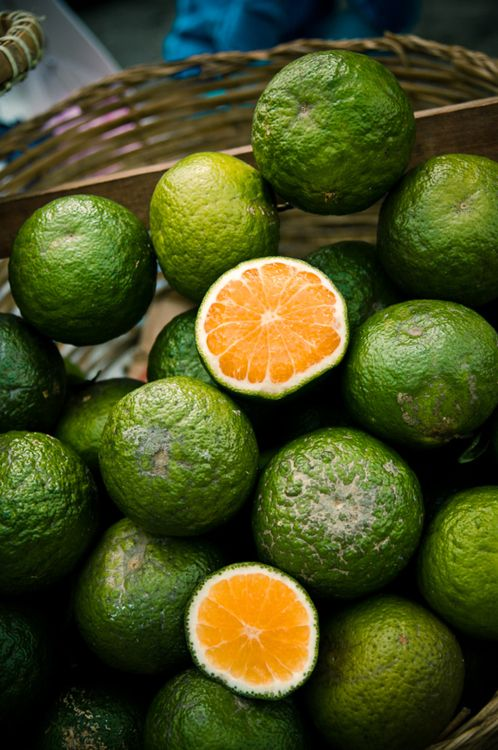 Oranges grown in many parts of South East Asia, like the Vietnamese Cam sành, often have green skins with orange flesh inside. Photo byTomas Haande.