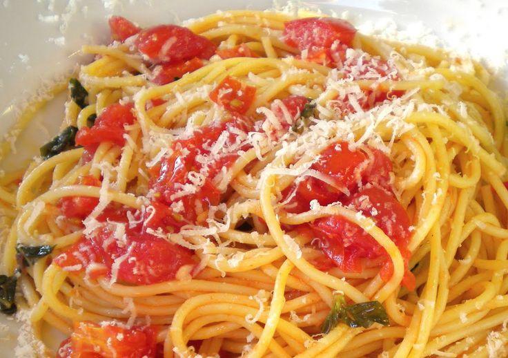 Fokhagymás-paradicsomos spagetti, csábító vacsi 20 perc alatt!