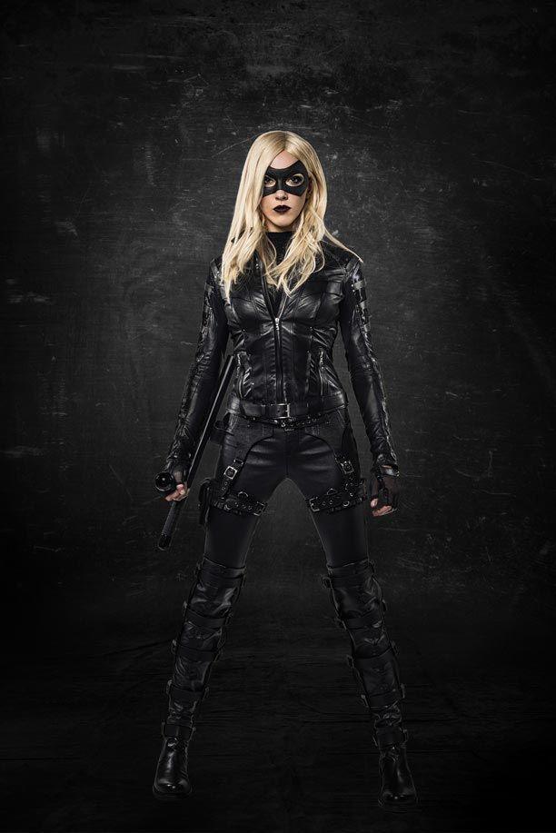 Découvrez les premières photos de Katie Cassidy, l'interprète de Laurel Lance, dans le costume de Black Canary qui fera ainsi son apparition dans la saison 3 d'Arrow au dixième épisode.
