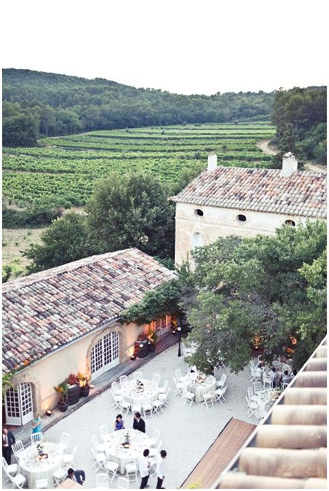 Chateau de Robernier in Provence hosting a wedding © www.pichon.com/
