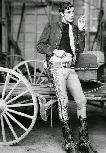 Гэри Купер, 1930 год.  Американский актёр, сыгравший в сотне фильмов, получивший два «Оскара» за лучшую мужскую роль и почётный «Оскар» за общий вклад в развитие американского кино.