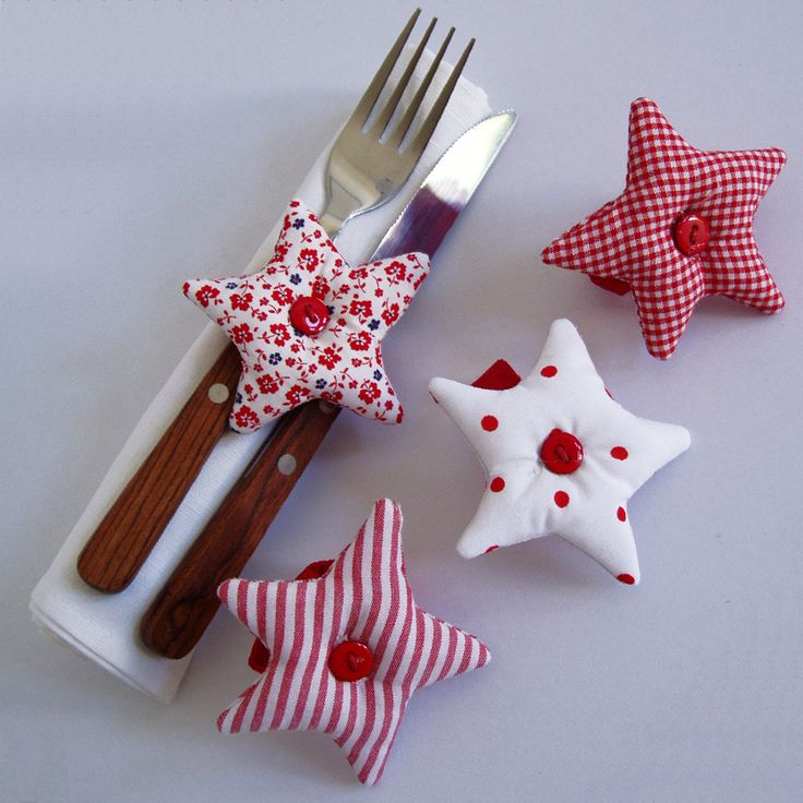 Set of 8 fabric napkin rings shaped stars, in reddish tones decorated with buttons.