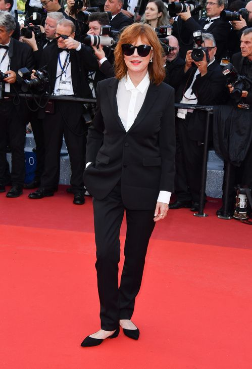 Susan Sarandon, égérie L'Oréal Paris, en smoking noir Saint Laurent et bijoux Dauphin