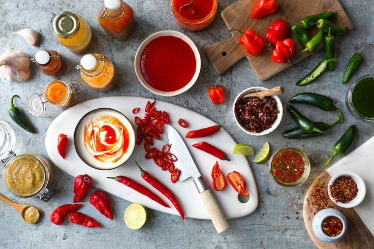 Hjemmelaget chilisaus passer perfekt når du skal grille, til fredagstacoen, som dipp og når du skal lage digge ostesmørbrød. Blir det for sterkt er det lurt å ha en boks rømme i bakhånd som kan døyve den brennende følelsen.