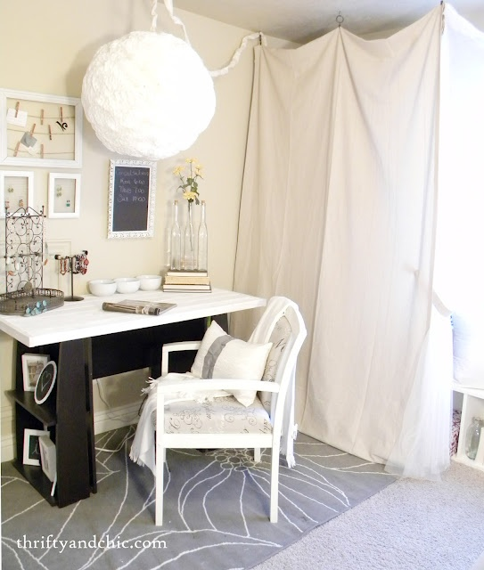 An easy way to update an old desk!Guest Room, Decor Ideas, Diy Desks, Guest Bedrooms, Offices Spaces, Diy Offices, Offices Decor, Offices Nooks, Desks Spaces