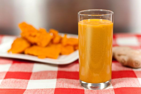 Recept: Pompoen smoothie - Monique Vring - Voor 2 personen: 200g pompoen (gekookt), 1 banaan, 1 tl kaneel, 10g verse gember, 1 glas (amandel)melk.