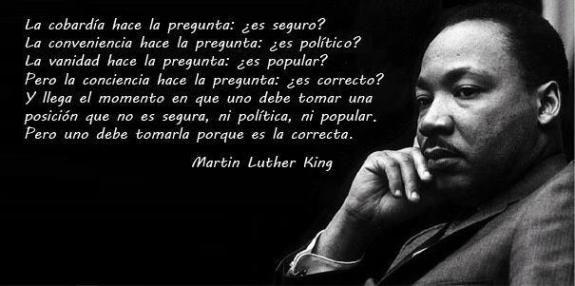 Martin Luther King fue un pastor baptista estadounidense; muy importante que estuvo al frente del Movimiento por los derechos civiles para los afroamericanos y participó como activista en numerosas protestas contra la Guerra de Vietnam.