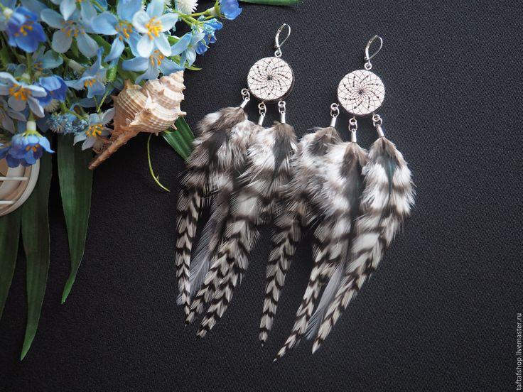 Белая пустыня - чёрно-белые серьги с перьями бохо с ловцом снов - серьги с перьями