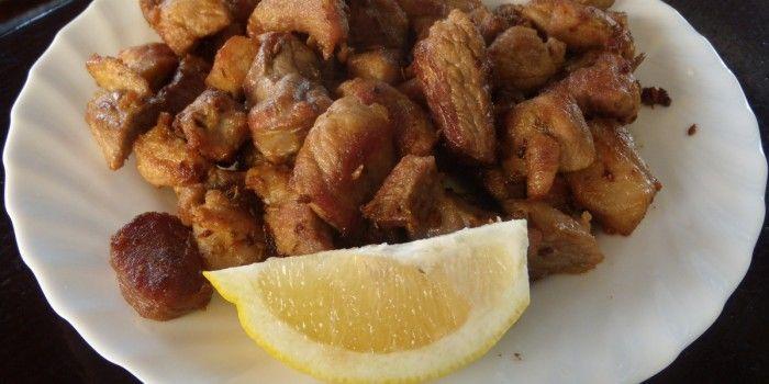 Si te gusta la carne de cerdo, no puedes dejar escapar esta receta con su carne. Este plato es uno de los más populares de las islas y su nombre proviene, precisamente, a que es el plato más fiestero de Canarias. Es rara la fiesta o verbena en la que no se pueda oler en un ventorrillo su característico olor, un aroma inconfundible. Depende de la zona, el plato también puede llamarse carne cochino.
