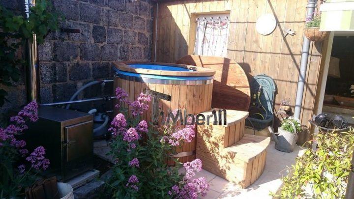 Le bain finlandais est situé dùune for,e parfqite dans le jardin. Voici le bain Finlandais en fibre de verre avec le brûleur externe