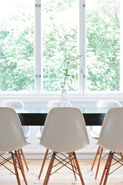 Eames DSW white vit, svart bord, black table, burspråk, furugolv ...