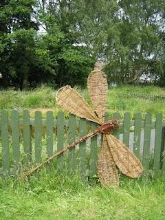 libellule géante en vannerie