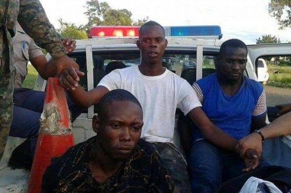 Foto que publica el diario El Caribe ilustrando una cronica sobre la detencion de varios haitianos sospechosos del asesinato de un oficial militar del Ejercito de Republica Dominicana.