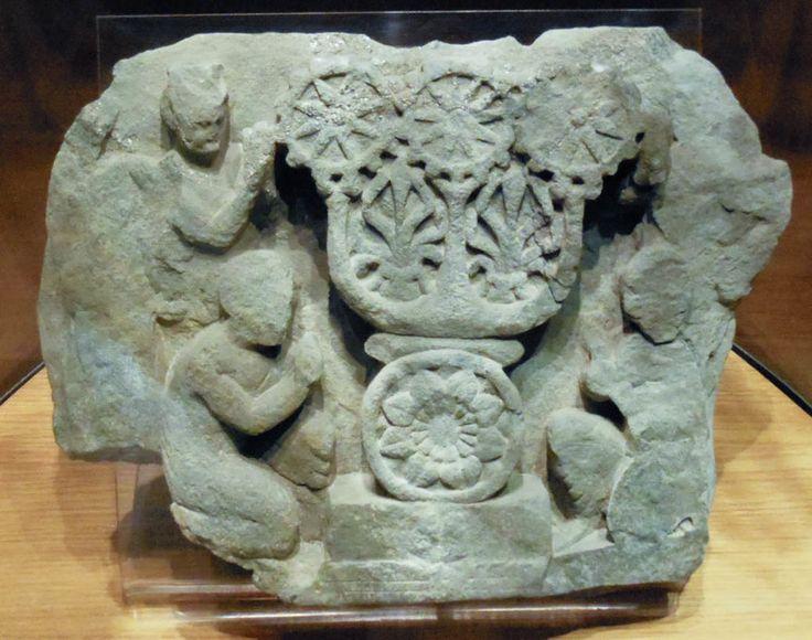 image aniconique : adoration du triratna Relief, style « graphique », schiste vert, Butkara I, Swat, Grand Gandhara, mi ier siècle, MNAO Palais Brancaccio, Rome