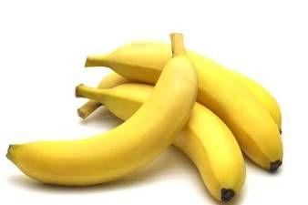 OMLAZUJÍCÍ BANÁNOVÁ MASKA  Pro přípravu banánové masky budete potřebovat 1/2 banánu (měl by být zralý, ne zelený), 1 žloutek (nejlépe z BIO vejce) a lžíčku olivového oleje. Banán nakrájejte na kousky, vložte jej do misky a přidejte žloutek a olej. Vše důkladně promíchejte a banán pomocí vidličky rozmělněte, aby vznikla kašovitá hmota. Nechejte působit 15 minut. Banánová maska je velmi výživná a vhodná právě pro suchou pleť. Dodá jí pružnost, zdravou barvu a mladý vzhled.