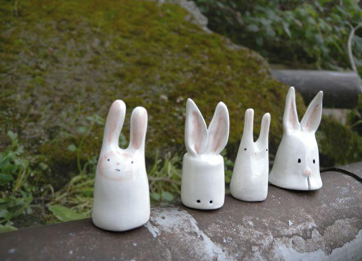Conejines hechos con arcilla blanca y decorados con pigmentos cerámicos.