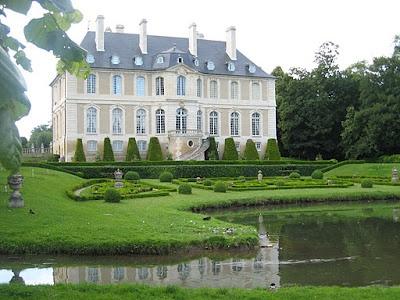 Le Chateau de Vendeuvre ... un site exceptionnel en Normandie tant par la beauté de ce chateau que par son Parc magnifique ... à ne pas louper au Printemps, la fête des tulipes avec des milliers de fleurs  Profitez en lors de votre weekend ou de vos vacances en Normandie au Domaine du Martinaa.. KIss from Normandy ... Bises du Martinaa ... Valérie ... 02 31 32 24 80 ou www.martinaa.fr