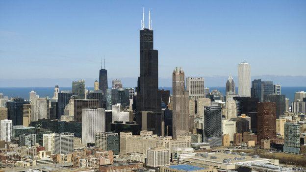 """La torre Willis en Chicago Desde la década de 1960, la mayor parte de los edificios de más de 40 pisos en el mundo se construyen usando la innovación de Khan, quien fue considerado por la revista Newsweek como el """"Einstein de la ingeniería estructural""""."""