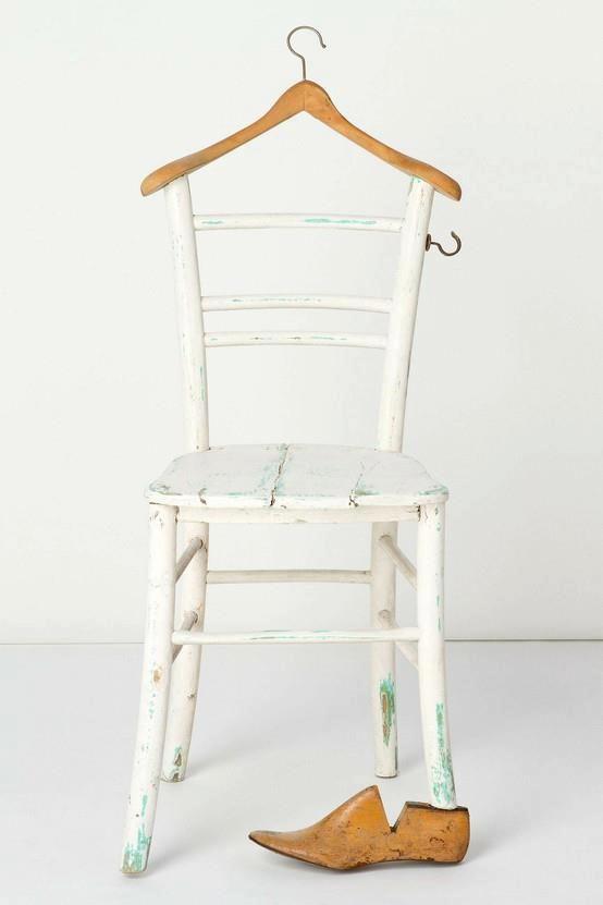Kätevä vaaterenki vanhasta tuolista ja henkarista.