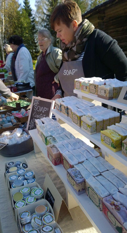 Käsintehdyissä saippuoista löytyy tuttuja ja eksoottisiakin tuoksuja varmasti joka makuun. Oulu (Finland)