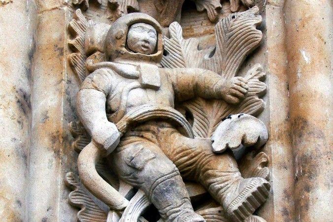 Exibido na fachada de uma catedral de 300 anos em Salamanca, Espanha, está esculpido em pedra o que parece ser um astronauta moderno.