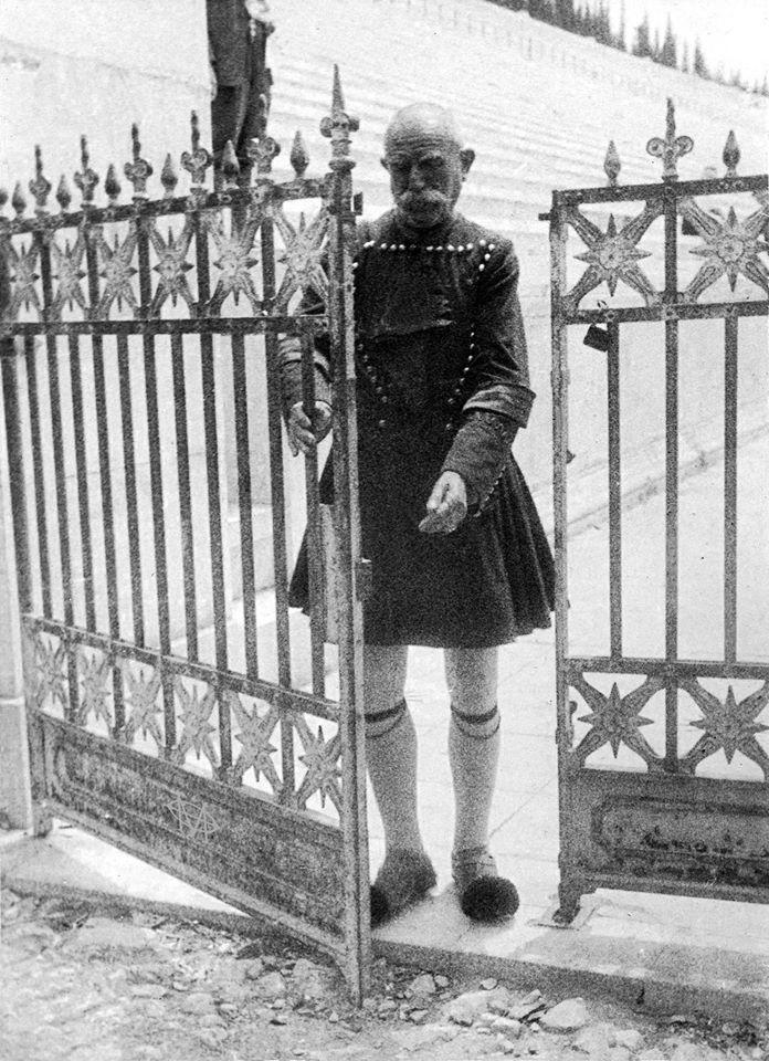 Julius Gross, 1928, Αθήνα, ο Μπάρμπα-Βασίλης, ο φύλακας του Παναθηναϊκού Σταδίου.