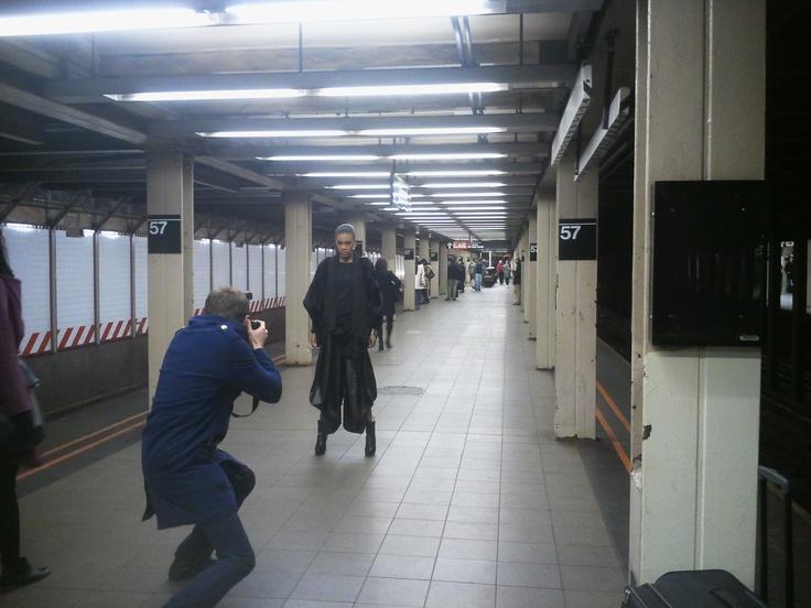 Ciąg dalszy sesji zdjęciowej w nowojorskim metrze