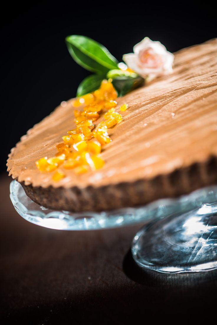 Narancslikőrös-csokoládéhabos tarte  A vékonyra nyújtott mogyorós-kakaós omlós tésztát, egy házi barackfőzettel kenjük meg, és egy narancslikőrrel bolondított étcsokoládé habbal halmozzuk tele a tarte-ot.