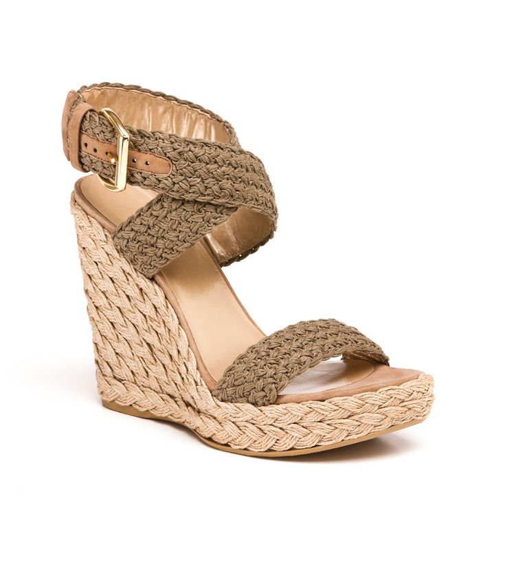 Click through to find out why Jennifer Aniston cannot live without these @Stuart Meyer Weitzman wedges!
