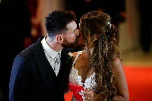 Lionel Messi and Antonella Messi                                       The perfect kiss
