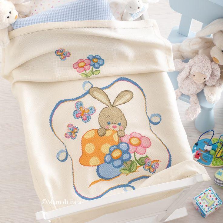 Aida di pura lana e schema su carta a quadretti per realizzare la copertina culla ricamata a punto croce con coniglietto.
