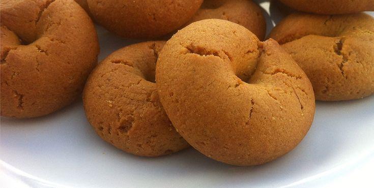 Μία συνταγή για τα πιο νόστιμα κουλουράκια κανέλας που έχετε φάει και μάλιστα σε χρόνο ρεκόρ! Είναι τέλεια για πρωινό, για τον καφέ, για το σχολείο αλλά και για κάθε ώρα της ημέρας! Δοκιμάστε α τα φτιάξετε και δε θα χάσετε! ΥΛΙΚΑ: 2 ποτήρια νερό 1 φλ. του τσαγιού ζάχαρη 1 φλ. του τσαγιού λάδι περίπου ένα φακελάκι ξερή μαγιά (λίγο λιγότερο) μία πρέζα α
