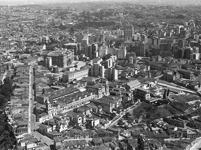 Vista do centro. À esquerda, a rua Tabatinguera, o Fórum João Mendes e as obras da Catedral. Á direita, a Av. Rangel Pestana e a igreja do Carmo.