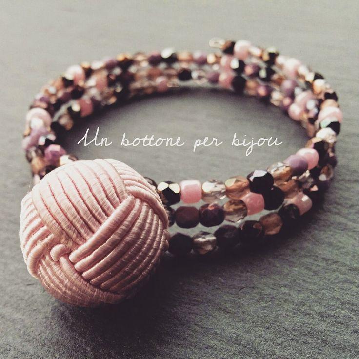 Bracciale con bottone vintage in passamaneria di seta rosa e mezzi cristalli di boemia, by un bottone per bijou, 12,00 € su misshobby.com