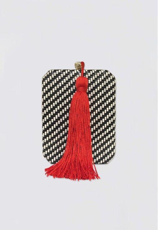 POWERLOOK - Alguel de Vestidos Online - Clutch Tressê P&B com tassel vermelho Isla - preta e branca #clutch #tressê #pb #pretaebranca #tasselvermelho #isla #textura #casamento #festa #party #madrinha