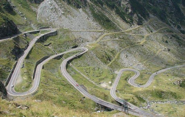 Drumul National 7C - Szosa Transfogaraska Na koniec coś dla fanów mocnych wrażeń - ta serpentyna mierzy 151 kilometrów długości i ma ogromną liczbę zakrętów. Przecina z północy na południe Góry Fogaraskie – najwyższe pasmo górskie rumuńskich Karpat. Położona jest pomiędzy Moldoveanu, będącym najwyższym szczytem Karpat Południowych liczącym 2544 m.n.p.m., a Negoiu wznoszącym się na wysokość 2535 m n.p.m. Ze względu na liczne zakręty na drodze obowiązuje ograniczenie prędkości do 40 km/h.
